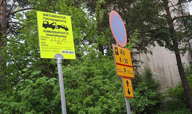 Torstaiaamuna 23. toukokuuta Ulvilankadun parkkialueella oli siirtokehotus autoilla, koska katuun  maalatut ruudut oli tarkoitus jyrsiä pois.