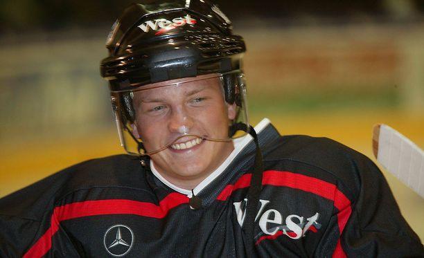 Kimi Räikkönen on tunnetusti innokas jääkiekkomies. Tämä nähtiin myös vuonna 2006 pelatun olympiaturnauksen aikoihin.