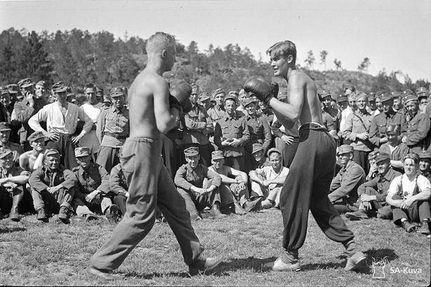 Näytösluontoinen nyrkkeilyottelu Suursaaren urheilukilvassa Juhannuksena 1942.