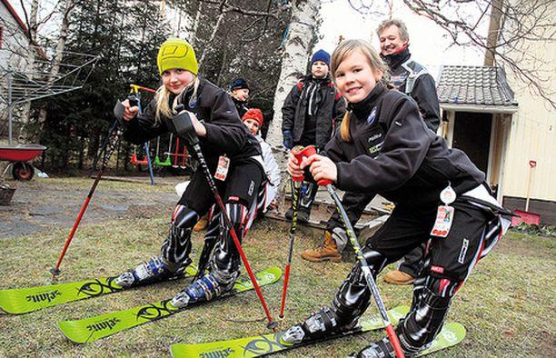 VAIKKA VÄKISIN Elisa Hartio ja Miisa Häyrynen eivät hevillä luovuta lumettoman talven edessä. Taustalla Väinö ja Nina Hartio, Eetu Rautio sekä Markku Hartio.