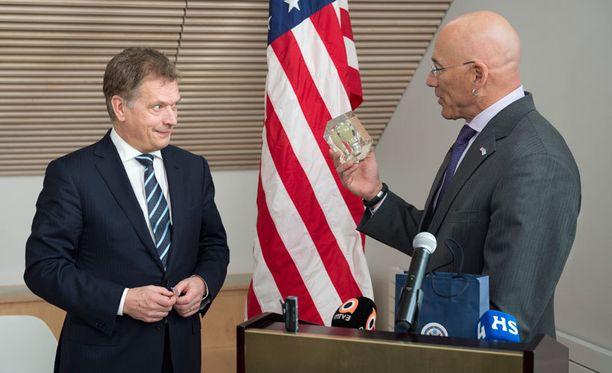 HEHKULAMPPU USA:n suurlähettiläs Bruce Oreck lahjoitti presidentti Sauli Niinistölle innovaatiokeskuksen teemaa mukaillen hehkulampun. – Se on muistutuksena siitä, että aina tulisi tavoitella uusia ideoita ja yhteistä hyvää, Oreck sanoi.