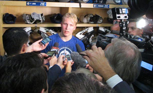 Patrik Laine on aloittanut NHL-uransa sellaisella tahdilla, että mediakin piirittää nuorta suomalaista ilta illan jälkeen.
