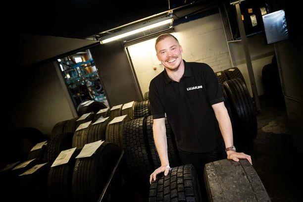 Kuluneelle renkaalle uusi elämä. Markkinointipäällikkö Mikko Pakarisen käsien alla olevasta rengasparista sen näkee – uusi kumipinta antaa renkaalle jopa satojentuhansien kilometrien jatkoajan.