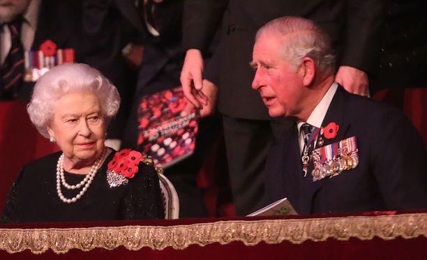 Kuningatar Elisabet piti pojalleen koskettavan puheen. Kuvassa äiti ja poika osallistuivat sunnuntaina ensimmäisen maailmansodan päättymisen muistopäivän juhlallisuuksiin.