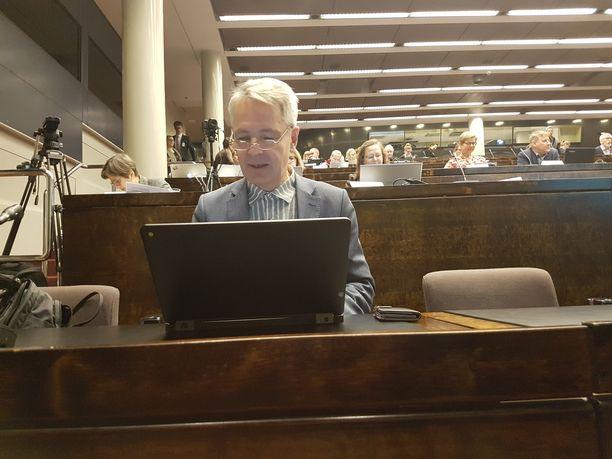 Vihreiden puheenjohtaja Pekka Haavisto valmistautumassa puoluevaltuuskunnan kokoukseen eduskunnan auditoriossa lauantaina.