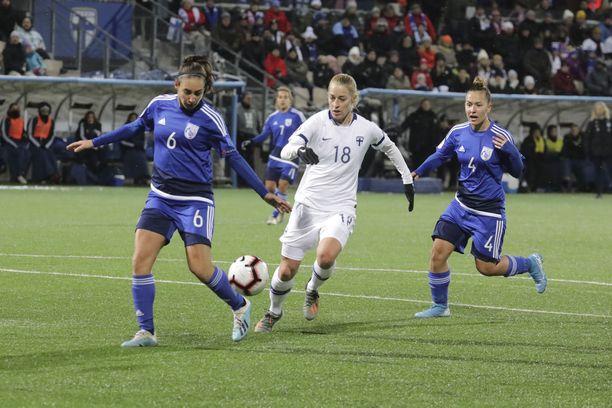 Kyproksen puolustus ei saanut Linda Sällströmiä (kesk.) kiinni.