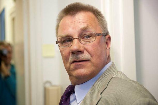 Kansanedustaja Pentti Oinosta (ps) häiritsevät Linnan parketilla tanssivat homoseksuaalit.