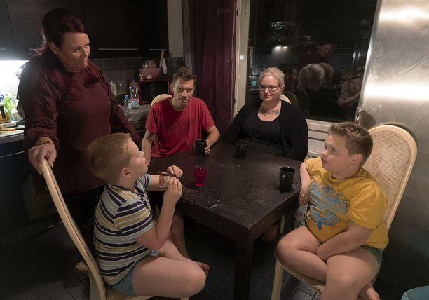 Heidi-äiti (2. oik.) ihmettelee, kuinka lapset innostuvat myös lautapelien pelaamisesta sen jälkeen, kun konsolien pelaamista vähennetään radikaalisti kahteen tuntiin päivässä.