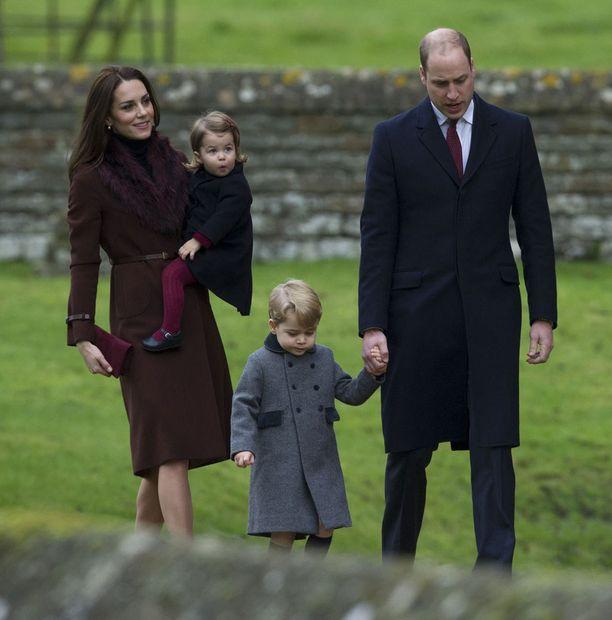 Prinssi George ja prinsessa Charlotte täydensivät perheonnen.
