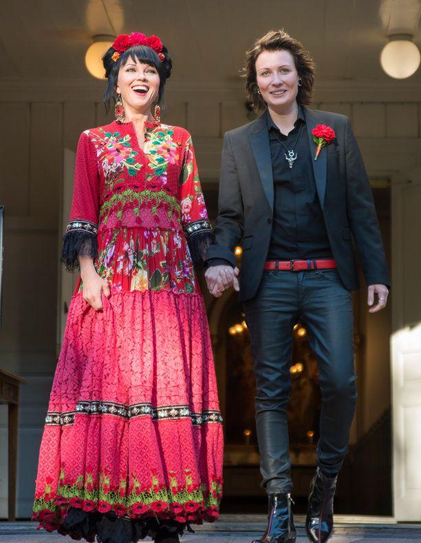 Katariina Souri meni naimisiin persoonallisen värikkäässä tyylissä.