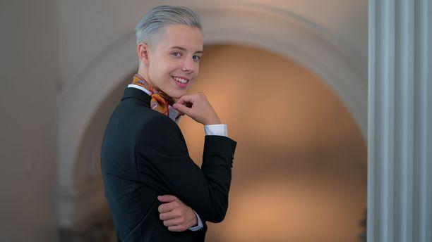 Tuure Boelius poseerasi tyylikkäänä Tanssii tähtien kanssa-kisan lehdistötilaisuudessa. Boelius oli 17-vuotiaana Suomen TTK:n historian nuorin kilpailija.