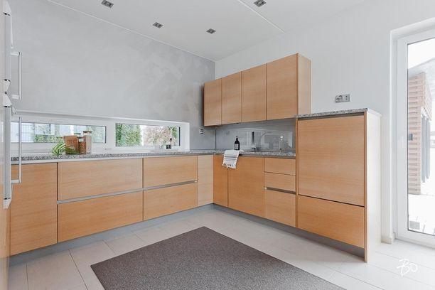 Tässä keittiössä yläkaappien päälle on jätetty vapaata säilytystilaa.