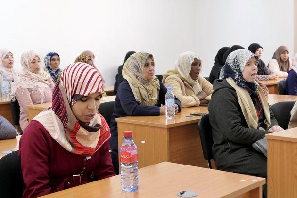 Marokkolaisen imaamikoulun naisopiskelijat siteeraavat kuorossa Koraania. Naiset eivät valmistu imaameiksi vaan uskonnollisiksi virkamiehiksi ja neuvonantajiksi.