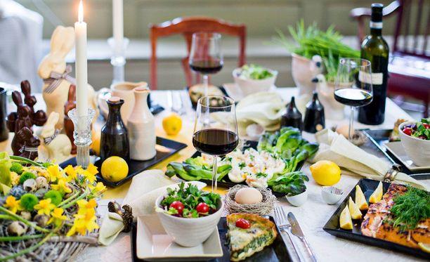 Pääsiäisen pyhinä on aikaa istua ruokapöydässä. Kauniilla kukkakimpulla saat kattaukseen juhlan tuntua. (Kukat ja koristeet: Järvenpään Kukkatalo. Astiat: Ikituuli)