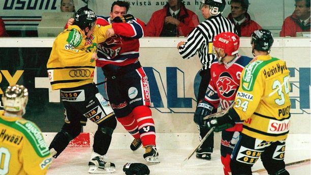 """HIFK:ta edustaessaan """"Mäkkäri"""" hanskasi muun muassa Ilveksen Rodrigo Lavinsin kanssa. Kuva on vuodelta 1999."""