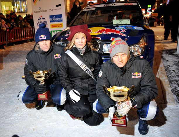 Kimi Räikkönen ja kartturi Kaj Lindström poseerasivat pokaalin ja rallitytön kanssa.