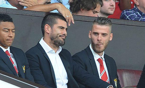 Manchester Unitedin maalivahdit Victor Valdés (vas.) ja David de Gea seurasivat kauden avausottelua katsomossa.