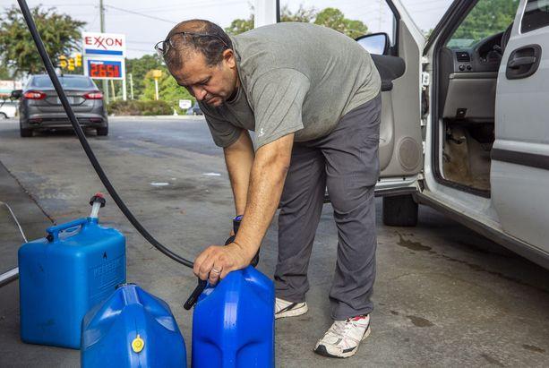 Tarek Elshik täytti bensakanistereita Raleigh'ssa tiistaina.