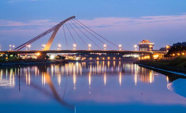 Taipein Dazhi-silta valaistaan kauniisti iltaisin.