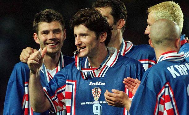 Davor Suker (kesk.) voitti Ranskan kisojen maalipörssin ja sai muistoksi myös MM-pronssin.