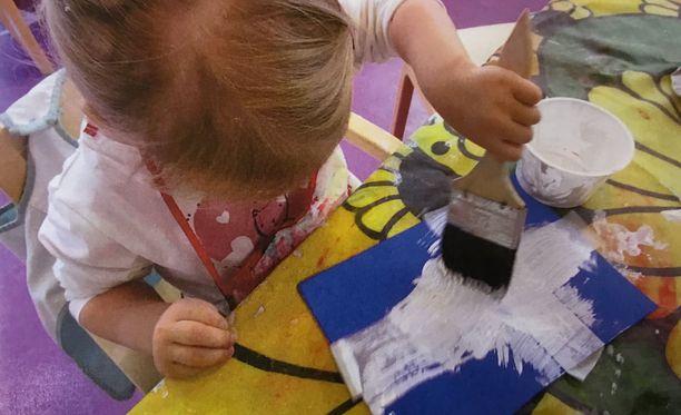 Päiväkodin vanhimmat maalasivat korttitervehdyksiin Suomen lippuja.