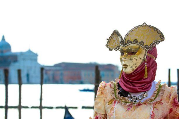 Karnevaalinaamiot tehdään pääosin käsityönä, ja siksi niiden hinnat voivat olla hyvinkin kovia.