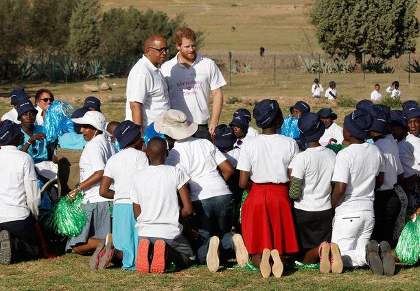Mamohato-keskuksen lapset kuuntelivat Harrya innokkaina.