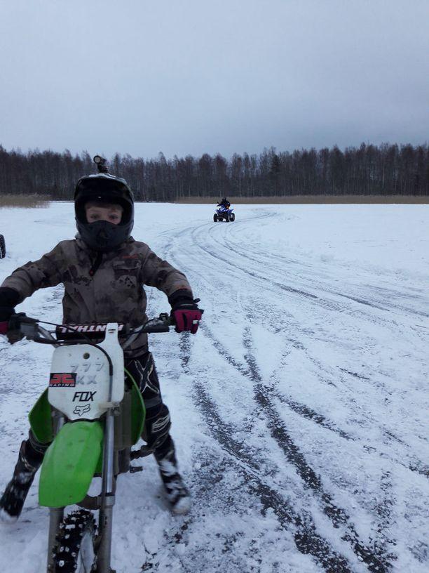 Leevi on vihdoin päässyt takaisin rakkaan harrastuksensa motocrossin pariin. Viikko sitten nuori mies kurvaili radalla, jonka isä oli aurannut jäälle.