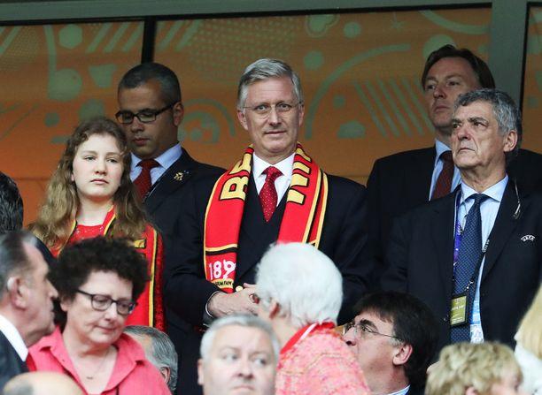 Myös Belgian kuningas Philippe (kesk.) jännitti ottelua katsomossa tyttärensä prinsessa Elisabethin (vas.) kanssa tiistaina Pietarissa.