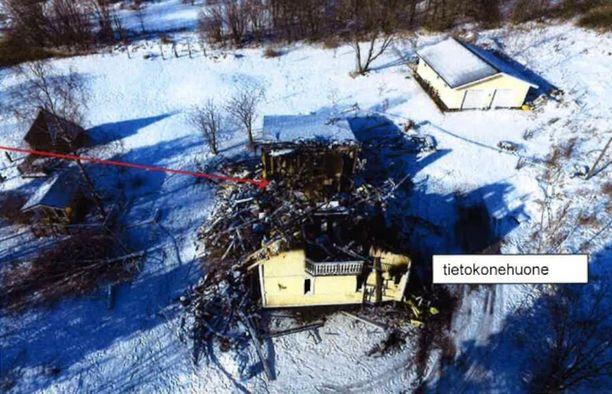 Taloa jouduttiin sammutustöiden yhteydessä purkamaan runsaasti.