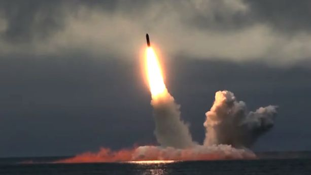 Venäjän puolustusministeriö julkaisi kuvan mannertenvälisen ballistisen ohjuksen laukaisusta Barentsinmerellä kaksi viikkoa sen jälkeen, kun Arkangelissa sattui säteilytasoja nostattanut räjähdys.