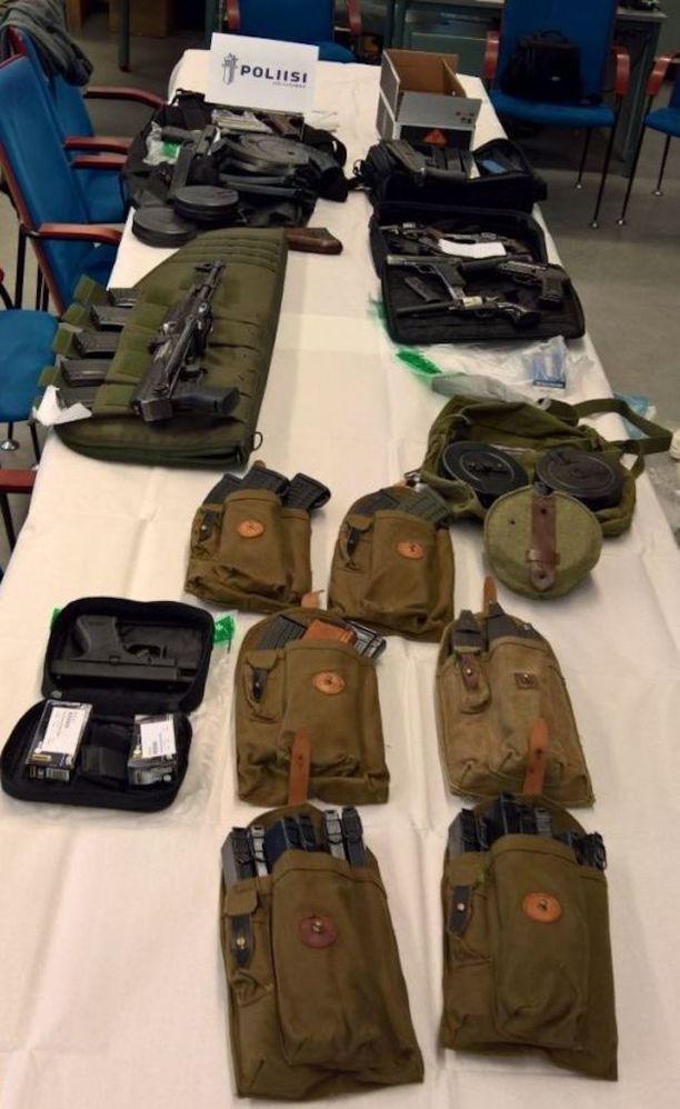 Poliisi ei löytänyt huumausaine-etsinnässä huumeita, vaan 35 erilaista ampuma-asetta.