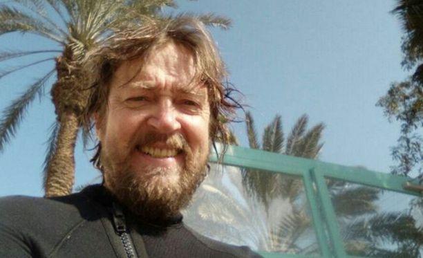 Sukeltaja 0sku Puukila astui rannalla lasinsiruun. Mitättömältä vaikuttanut vamma aiheutti vakavan sepsiksen eli verenmyrkytyksen ja oli viedä hengen. Kuva on otettu Eilatin Korallirannalla vain muutama päivä ennen miehen joutumista tehohoitoon.