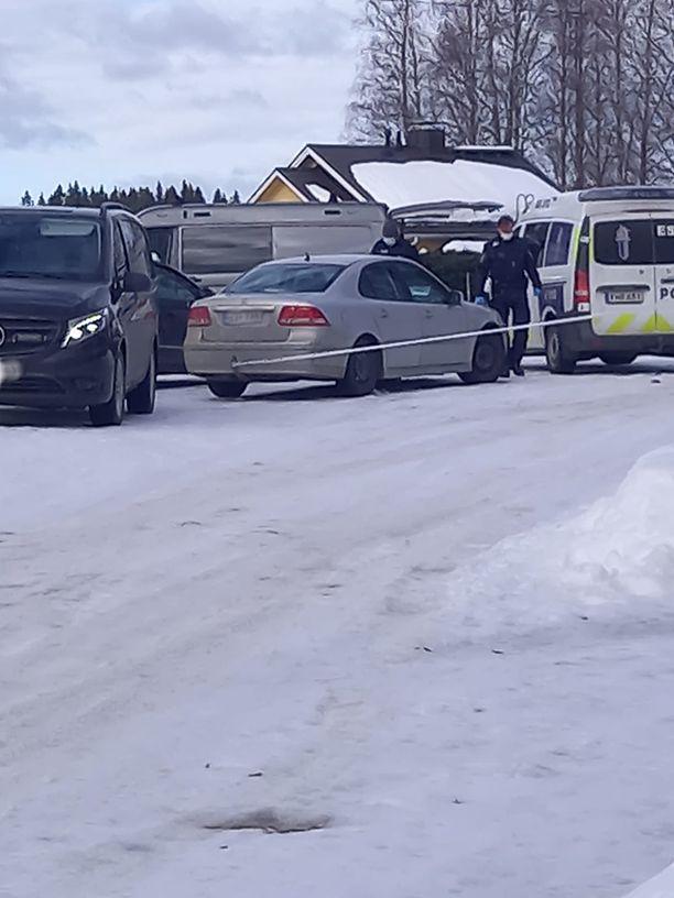 Poliisit saapuivat paikalle usean yksikön voimin.