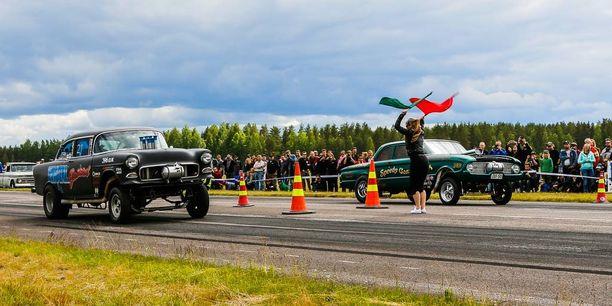 """Kilpailijat lähetettiin matkaan 50-luvun tyyliin lippulähetyksellä. Chevy '55 """"Brutal Bastard"""" ja Ford Falcon '60 """"Speedy Gonzales"""" gasserit lähtöviivalla."""