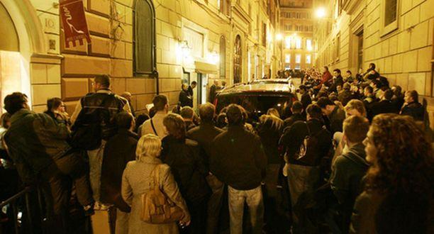 HYSTERIAA. Uteliaat italialaiset odottivat näkevänsä vilauksen Tom Cruisesta ja Katie Holmesista. Pariskunta nautti julkkisystäviensä kanssa illallista ravintolassa Roomassa eilisiltana.
