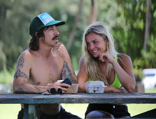 Anthony Kiedis ja vaalea kaunotar ottivat rennosti piknik-pöydän ääressä.