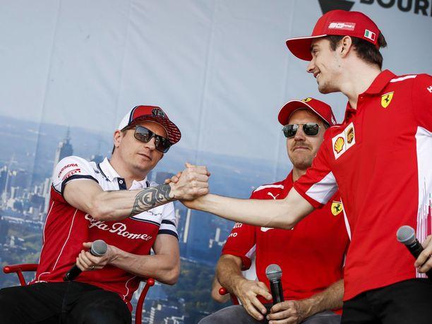 Työpaikkoja päikseen vaihtaneet Kimi Räikkönen ja Charles Leclerc ovat voineet kysellä toisiltaan entisten työnantajiensa kuulumisia.