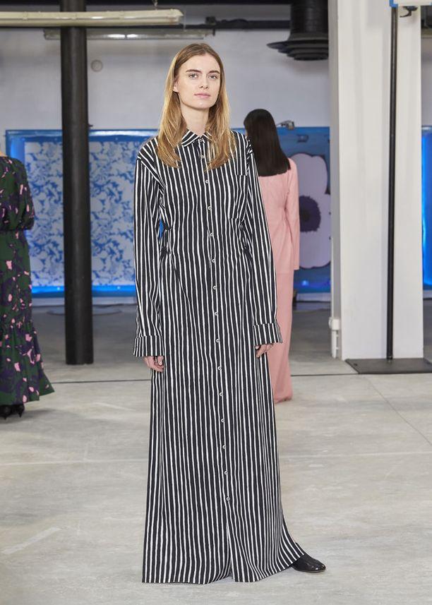 Moderni mekko ei nuole kurveja, mutta korostaa silti vyötäröä taakse sijoitetun paksun kuminauhan ansiosta.