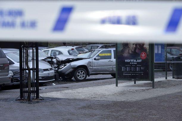 Onnettomuudessa loukkaantuneet sivulliset ja törmäilleen auton kuljettaja toimitettiin sairaalahoitoon.