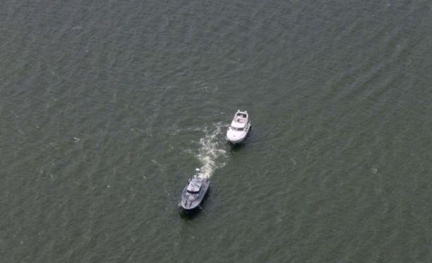 Veneessä olleet kaksi henkilöä poimittiin partioveneen kyytiin.