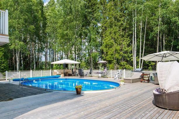 Tuusulalaistalon uima-altaan vesi lämmitetään keväästä alkutalveen saakka.