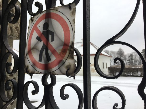 Pažaislisin luostarissa on matkailijoilta suljettuja alueita. Luostarissa asuu yhä nunnia.