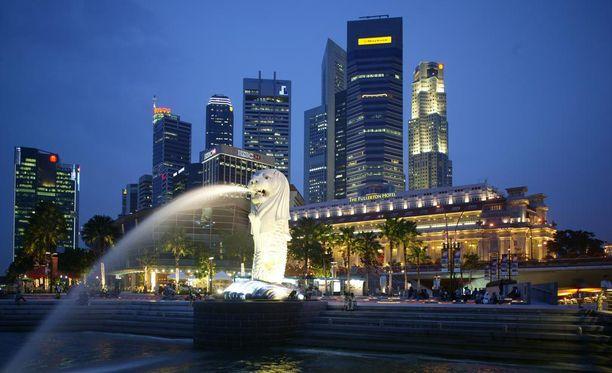 Uusklassinen Fullerton sijaitsee Singaporen symbolin Merlionin takana rannalla.