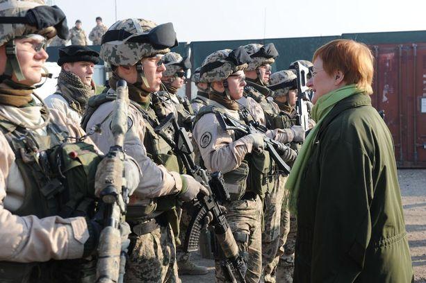 Tasavallan presidentti Tarja Halonen jyräsi heikon pääministerin Matti Vanhasen kerta toisensa jälkeen, kun viranomaiset ja sotilaat olisivat halunneet uudistaa tiedustelua. Ylipäällikkö Halonen oli kiinnostunut enemmän kriisinhallinnasta. Vuonna 2011 otetussa valokuvassa hän tarkastaa suomalaistajääkärijoukkuetta Afganistanissa.