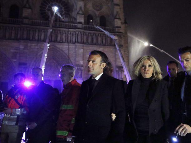 Ranskan presidentti Emmanuel Macron kutsuu Notre Damen katedraalia kaikkien ranskalaisten kirkoksi riippumatta siitä, ovatko nämä uskovaisia vai eivät.