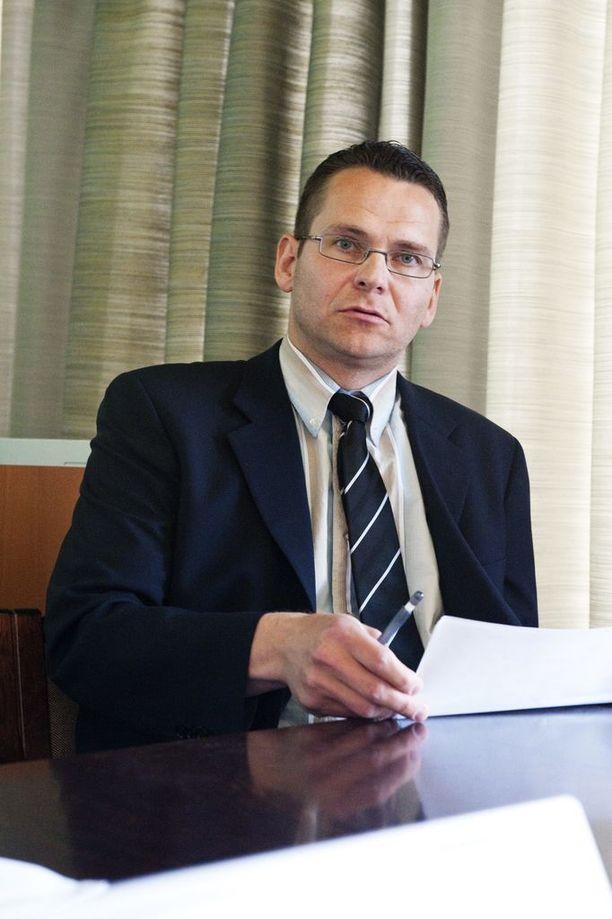 Poliisipäällikkö Ilkka Koskimäki on valmisteluistuntoa johtaneen tuomarin pikkuserkku. Koskimäkeä kuullaan vyyhdissä todistajana.
