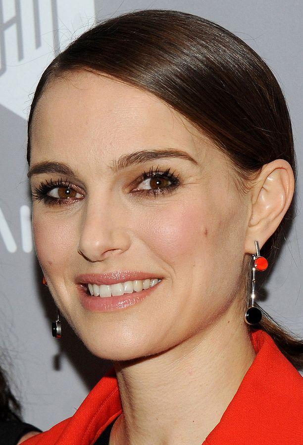 Näyttelijä Natalie Portmanin kulmakarvat tuovat mieleen kauneusikoni Audrey Hepburnin.