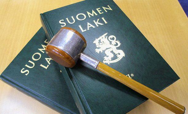 Syyttäjän mukaan tekotapa sekä vastaajien asema suhteessa uhriin tekevät rikosten tekomuodoista törkeät.