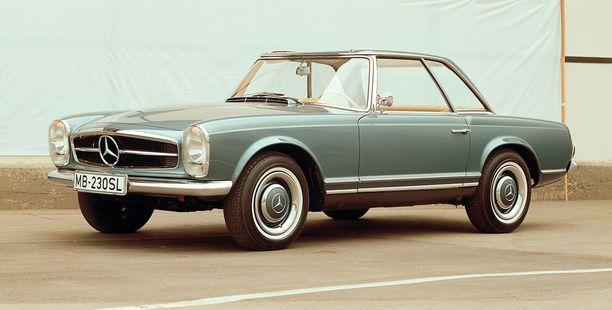 Mercedes tuo näyttelyyn kokoelman SL-mallejaan. Tässä kuvassa Mercedes-Benz SL Pagoda W113.